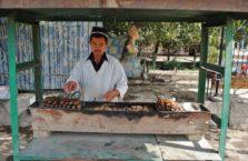 Tadżykistan - sprzedawca szaszłyków baranich.