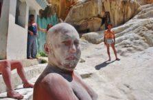 Tadżykistan - mężczyzna z maseczką na twarzy.