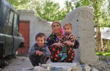Tadżykistan - babcia z wnuczkami.