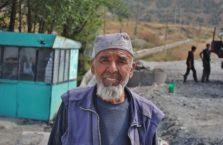 Tadżykistan - ten człowiek dał mi jabłka na drodze.