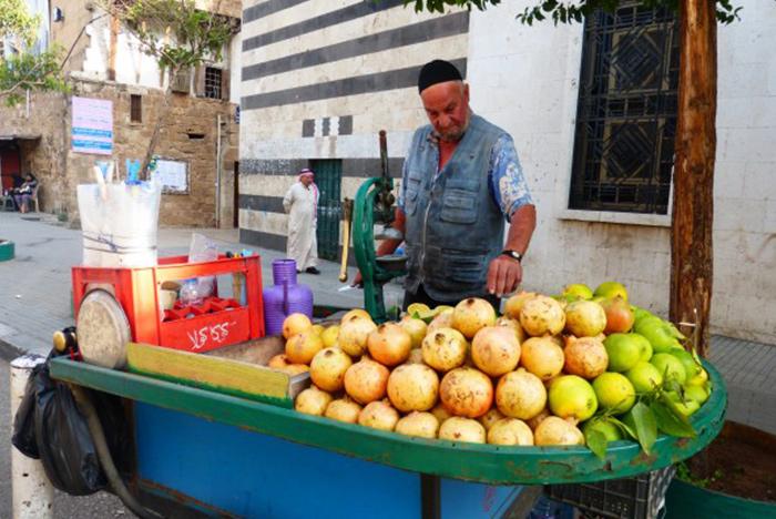 Sprzedawca owoców w Tripoli - Liban.