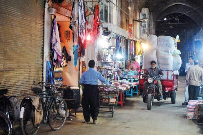 """W Iranie wykształciła się """"kultura bazarów"""" będąca głęboko zakorzenioną w perskiej kulturze. Turystom radzę przyjść, zgubić się w chaosie bazaru, skosztować perskich przekąsek, napić się herbaty w salonie z dywanami i postarać się znaleźć wyjście z labiryntu zakupów."""