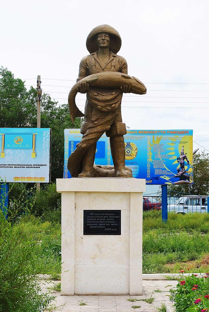 Aralsk – pomnik przedstawiający rybaka ze złowioną rybą. Dziś tylko w muzeum w formalinie.