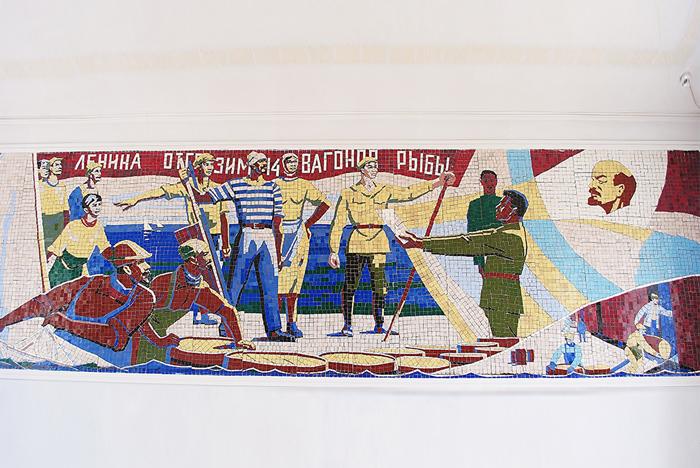 """Mozaika na stacji pociągowej o nazwie """"Morze Aralskie"""" na której towarzysz Lenin pozdrawia rybaków z Aralska. Towarzyszu Lenin – gdzie jest morze???"""