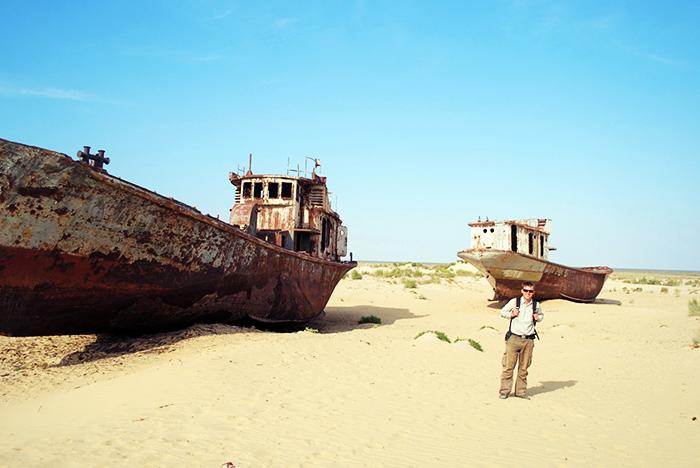 Statki na piasku w Moynaq (Uzbekistan), na dnie byłego Morza Aralskiego.