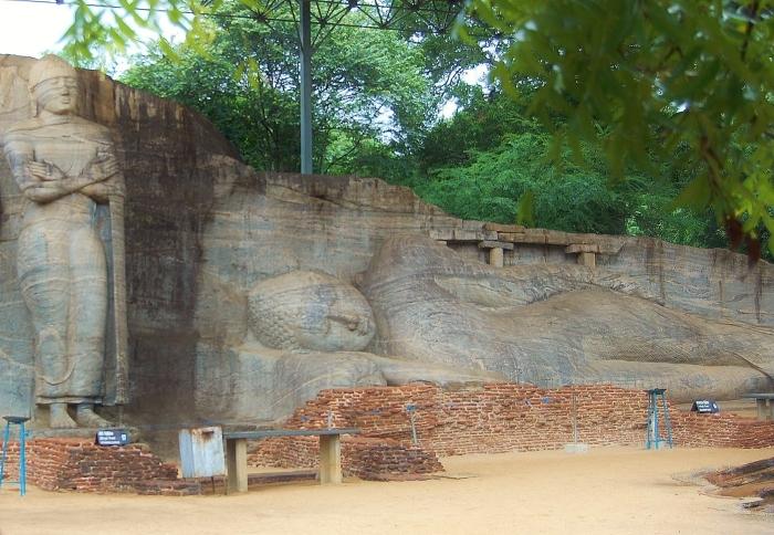 Gal Vihara; duże pomniki siedzącego i leżącego Buddy wyryte w skałach. Polonnaruwa, Sri Lanka.