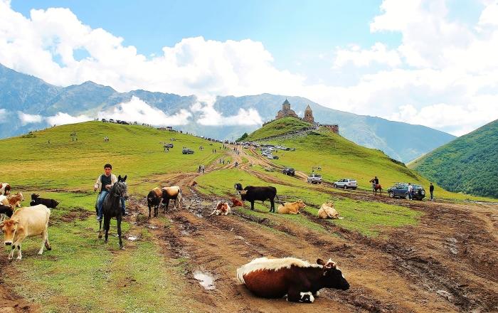 Gruzja - widok na monasterę Kazbegi.