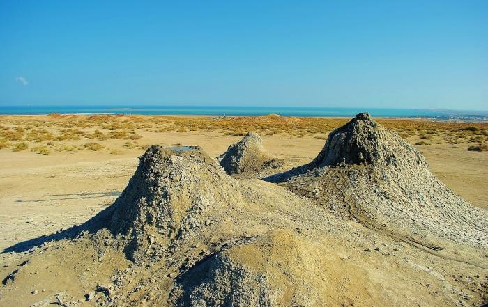 Azerbejdżan; okolice Qobustanu - wulkany błotne oraz Morze Kaspijskie w tle.