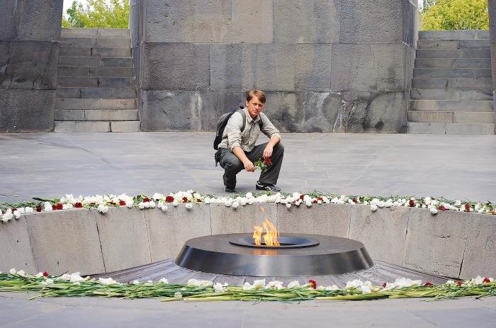Armenia - składam kwiaty na pomniku wzniesionym ku pamięci ofiar ludobójstwa Ormian przez osmańskich Turków. Radzę się dogłębniej zainteresować tym tematem aby lepiej zrozumieć tragedię i bestialstwo w jaki muzułmanie zabijali Chrześcijan. Zbrodnie przeciwko chrześcijanom są niewybaczalne!
