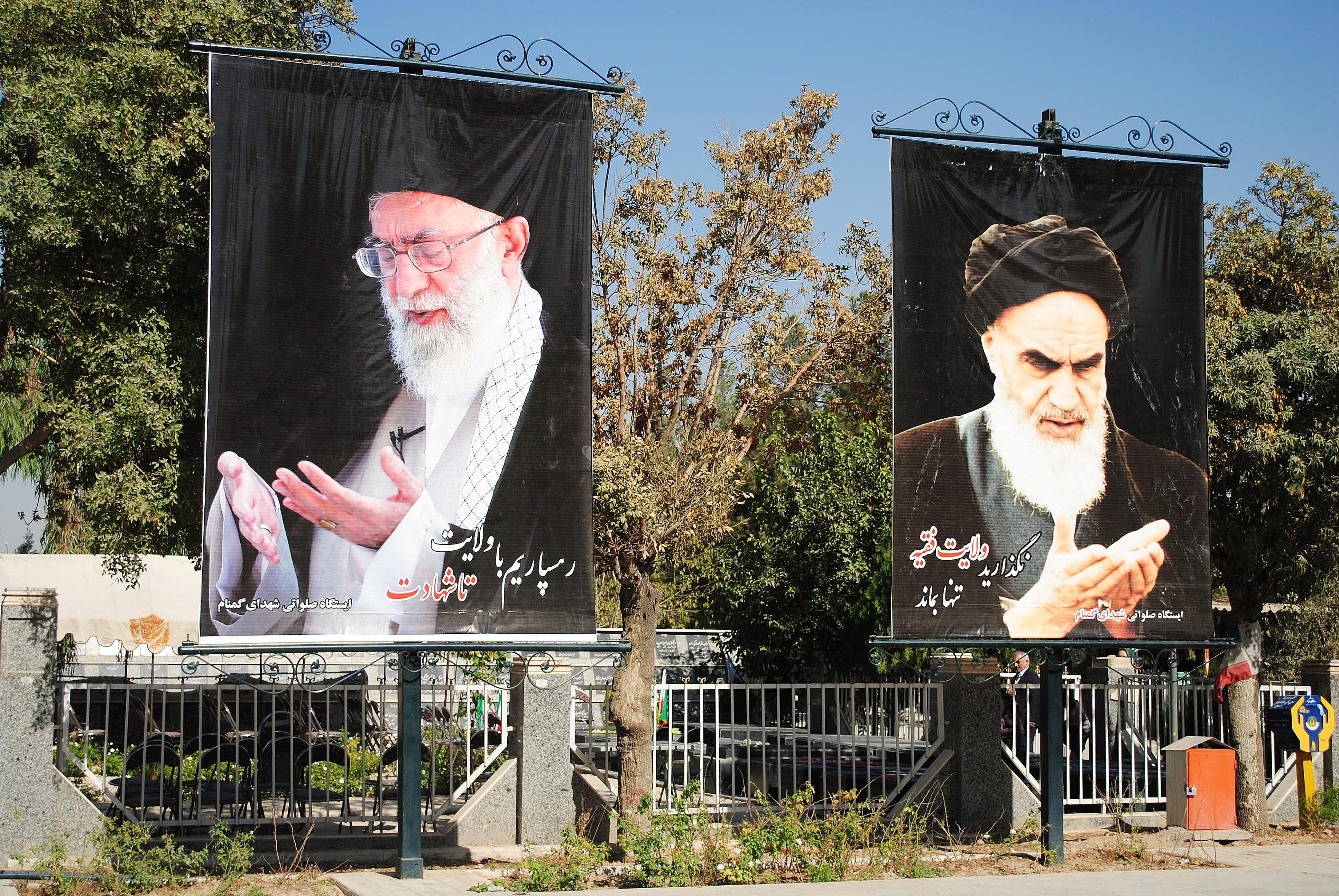 Częsty widok w Iranie. Przywódca duchowy Iranu Ali Chamenei i były przywódca Ajatollach Chomeini.