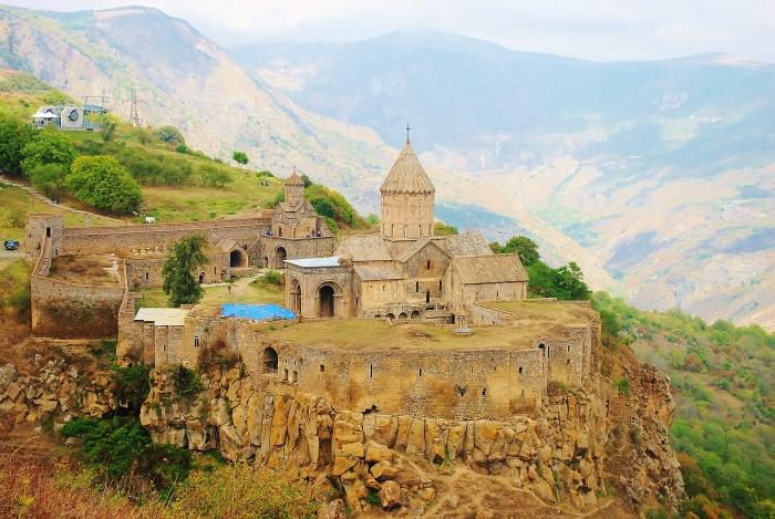 Armenia - warowny kościół Tatev.