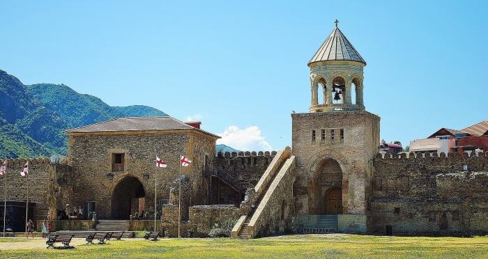 Mtskheta - była stolica Gruzji a dziś miasto zabytkowych kościołów i ładnej natury.