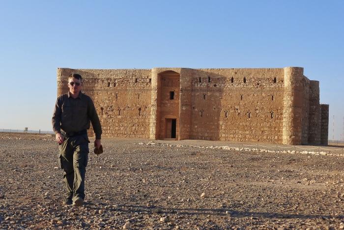 Jordania - moja wyprawa po pustynnych zamkach, około 65km na wschód od Ammanu. Tutaj jestem przed zamkiem Qasr Al - Kharana zbudowanym na początku VIII wieku.
