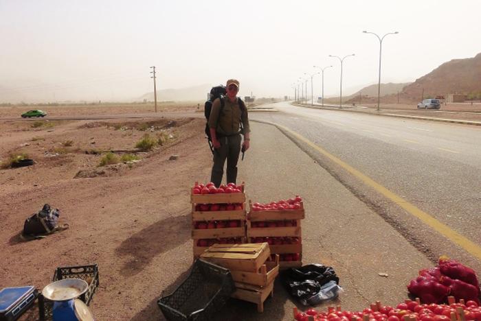 Gdy wyruszacie w podróż wasz plecak powinien być wypełniony tylko do połowy gdyż będzie rósł z czasem. (W drodze do Wadi Rum, Jordania)