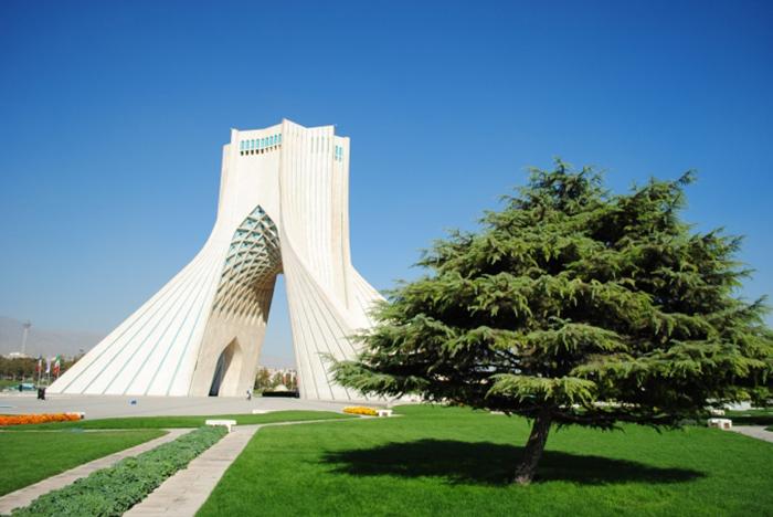Są też sławne obiekty takie jak Wieża Eiffla czy Taj Mahal, które były fotografowane już miliony razy. Nie ma to znaczenia bo Wy także będziecie te obiekty fotografować więc postarajcie się aby wasze zdjęcia były oryginalne. Na tym zdjęciu: Wieża Azadi w Teheranie, Iran.