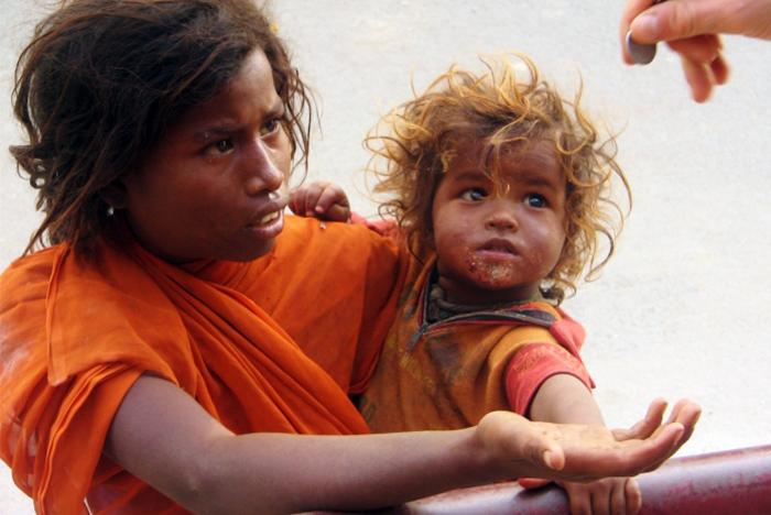 Kobieta z dzieckiem prosi o pomoc lecz jaką mamy pewność, że nie stoi za nimi jeden mężczyzna, który wykorzystuje ich w ten sposób. (Indie)