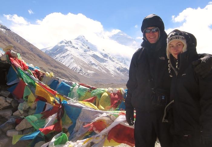 Tybet - przed Mount Everestem z moją ładną towarzyszką podróży, która wprowadziła cały chaos do mojej wyprawy i kompletnie zrujowała mój budżet.