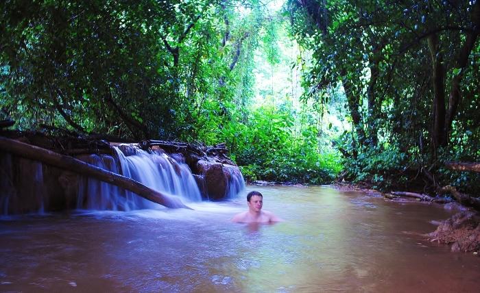 Birma - kapiel w naturalnym basenie pod wodospadem niedaleko Hsipaw.