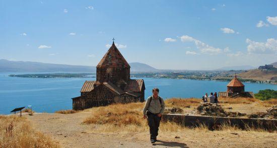 Armenia – Marcin Malik na tle kościoła i jeziora Sevan podczas jednej z wielu podróży.