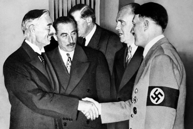 Premier Chamberlain (po lewej) - sprzedawca Europy Wschodniej.