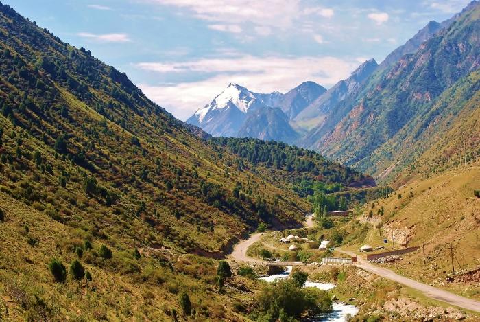 Krajobraz Kirgistanu niedaleko Bishkek.