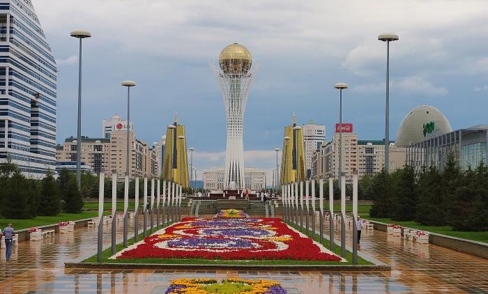 Astana - Nurzhol Bulvar i Bayterek po środku.