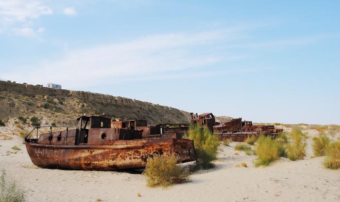 Zardzewiałe kutry rybackie na byłym dnie Morza Aralskiego, niedaleko Moynaq.