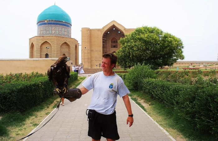 Turkistan - na tle mauzoleów z orłem.
