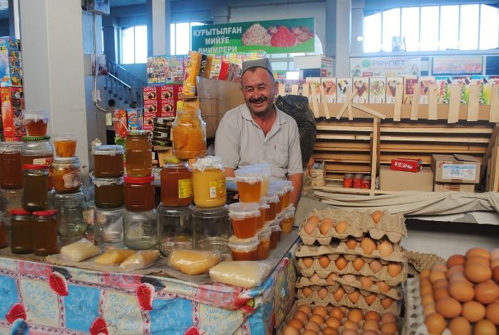 Uzbekistan (Karakalpakstan)- mężczyzna na bazarze w Nukus.