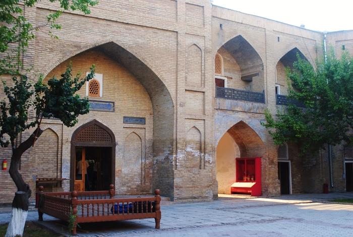 Uzbekistan - dziedziniec w jednym z wielu antycznych obiektów Taszkientu.
