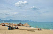 Wietnam -  plaża w Nha Trang; (Morze Południowo - Chińskie).