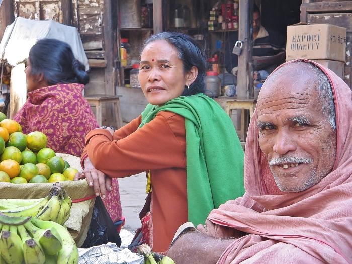 Nepal - ludzie na bazarze w Kathmandu.