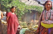Nepal - kobiety sprzedające owoce przy drodze.