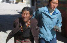 Tybet - kobiety wychodzące ze świątyni.