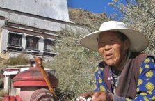 Tybet - stara kobieta.