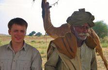 Indie - stary turban na pustyni.
