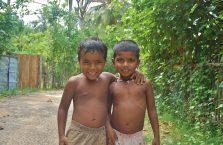 Sri Lanka - chłopcy cieszący się na widok Białego.