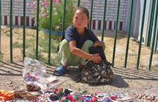 Mongolia - dziewczynka na pustyni Gobi.