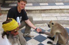 Indie -karmiłem małpę.