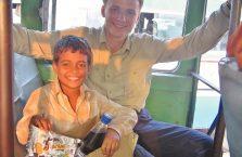 Indie - z młodym bizesmenem, którego nie było stać na buty.