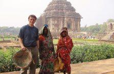 Indie - z kobietami przed Świątynią Słońca.
