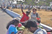 Indie - chłopiec podekscytowany na widok Białego.