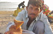 Indie - sprzedawca samsy na plaży w Bombaju.
