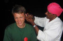 Indie - tak zareagowałem gdy turban czyścił mi uszy.
