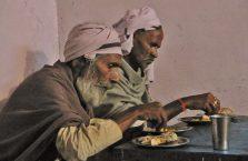 Indie - biedacy żrą gołymi łapami.