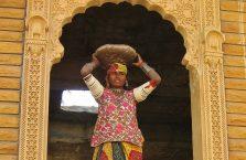 Indie - kobieta z towarem na głowie.