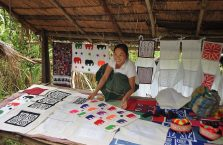 Laos - kobieta i jej stragan.