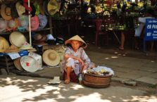 Wietnam - kobieta ze swoim straganem.