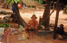 Kambodża - mężczyzna na hamaku.