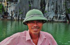 Wietnam - rybak w Zatoce Halong.